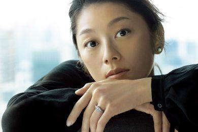 小池栄子さん、40歳。「私の未来を描く」ジュエリー&ウォッチとともに輝く