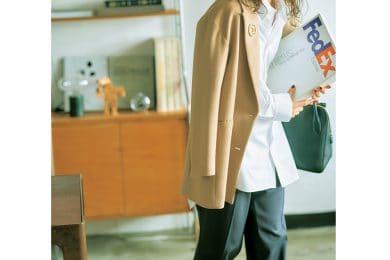 定番ジャケットにパールブローチで一気にモードな出社スタイルに[10/11 Mon.]